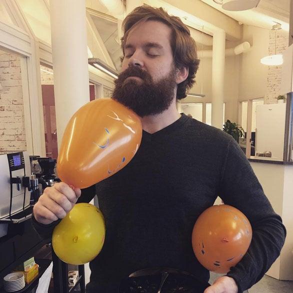 Jon reibt Luftballons an seinem Bart