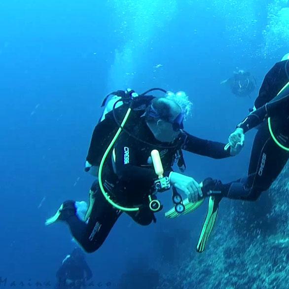 Homem e mulher a mergulhar