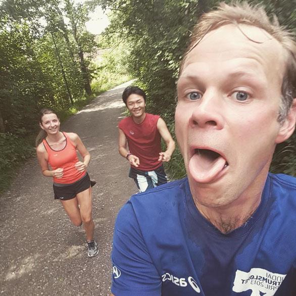 Sportliche Vivaldi-Mitarbeiter beim Laufen
