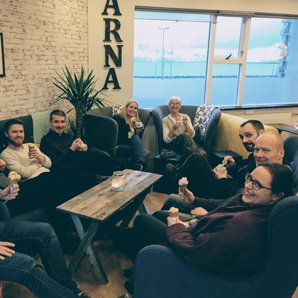Equipe da Vivaldi na Islândia comendo sorvete