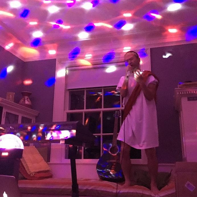 Empleado de Vivaldi cantando con el karaoke