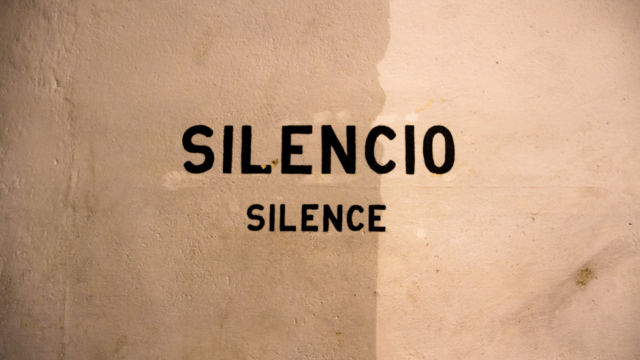 Wall with the words silencio and silence